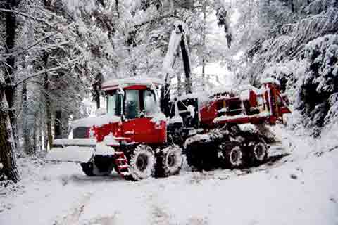Woodpac Monra Enfo 2000 on forwarder Valmet working in the snow